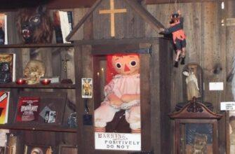 Кукла Анабель где хранится?