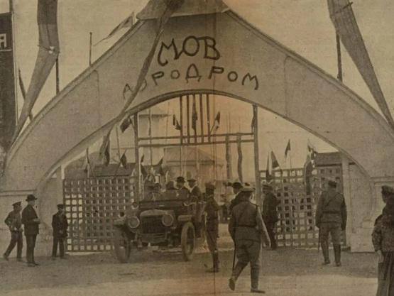 Где находился первый московский аэропорт?